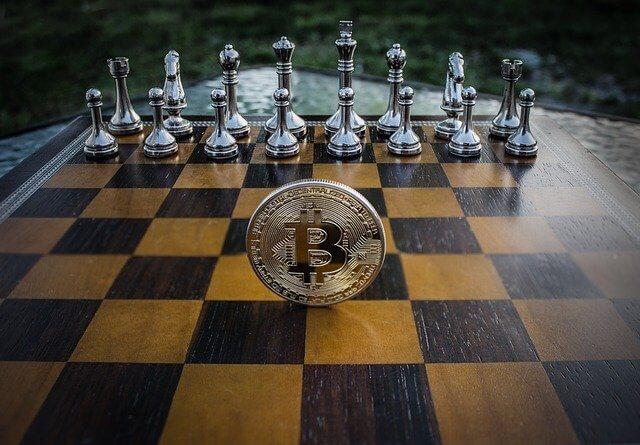 Schaak en bitcoin op een schaakbord